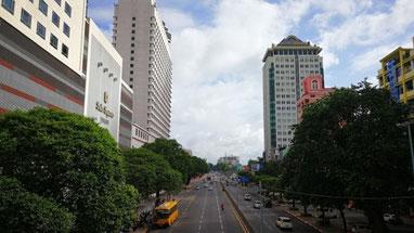 左側手前は17年に竣工したスーレースクエア。左側奥はスーレーシャングリラーホテル。右側は日系企業が集まるさくらタワー。