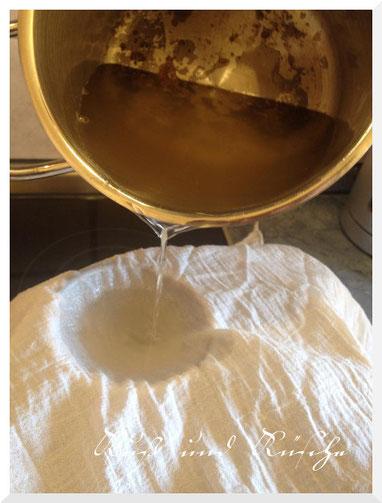 Das geschmolzene Fett wird duch ein Tuch abgegossen.
