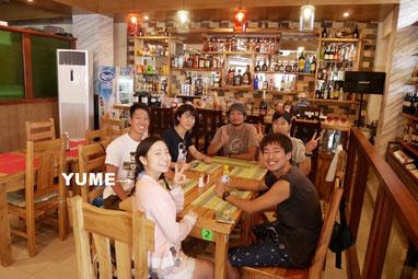 留学仲間と街のカフェ。