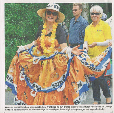 Brigitte Langenhagen trägt die Schleppe der Plustütendame.