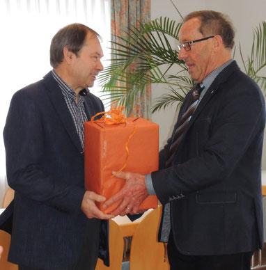 Heilig dankt Alfons Neumann für die kostenlose Generalüberholung zweier Alphörner