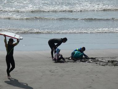 そして、砂遊びはテッパン掘るよね~