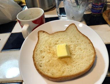 先日頂いたねこねこ食パン♪ なんかホットケーキみたいに詰まってて、バターとの相性バッチリ♥そして、カワイイ♪