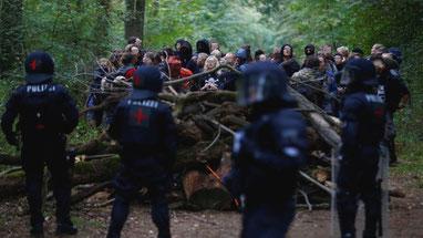 Aktivister spærrer vejen for politiets rydningsenheder