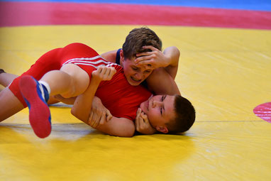 Martin Ennemoser (Blau) besiegt seinen Gegner aus Ungarn