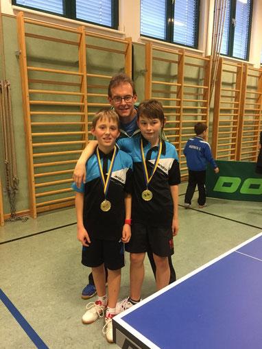 Nico Zimmermann und Tobias Mach mit ihrem Betreuer Norbert Mach. Die Medaillen durften Tobias und Nico dann mit einem breiten Lächeln in die Kamera halten.