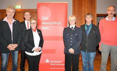 Achim Thöle (2.v.li) und Jana Panten (3.v.li), Filialleiterin in Schenefeld, mit dem Spendenempfängern v. li. Klaus-Peter Wiesenberg, Ellen Mumme, Heiko Patzer und Fred Schuhmacher.