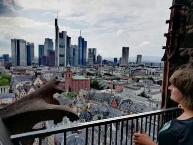 Ville de contrastes: les gargouilles et les gratte-ciels