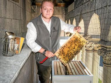 Die Bienenstöcke stehen auf dem Kirchenbalkon. Der produzierte Honig ist begehrt. (WAZ-Foto: Stefan Arend / FUNKE Foto Services)