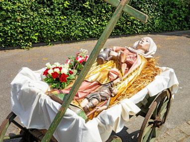 Mit dem Bollerwagen werden die Reliquien und die Statue der heilige Elisabeth nach dem letzten Gottesdienst in der Duisserner Kirche St. Elisabeth nach St. Norbert gebracht. (WAZ-Foto: Arnulf Stoffel / FUNKE Foto Services)