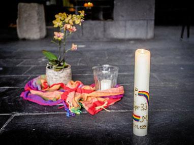 Die Hochzeitskerze von Christa Scholten-Herbst zierte schon vor 22 Jahren ein Regenbogen.  (WAZ-Foto: Socrates Tassos / FUNKE Foto Services)