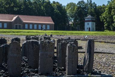 Häftlingskantine und Wachturm - davor Gedenksteine für die Inhaftierten und Verstorbenen