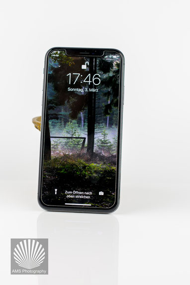 Mein Iphone X - das Tor zur Außenwelt. Ich bin mir nur nicht sicher, ob das Gerät die Tür verschließt oder weiter denn je öffnet.