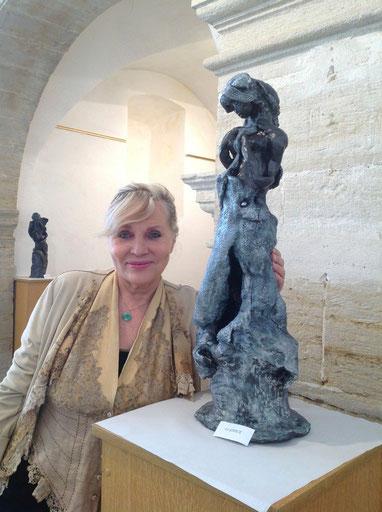 """L'artiste devant """"La Grâce""""..."""