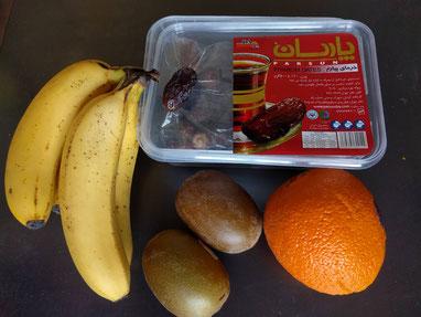 デーツ(左上の箱)とフルーツ類(リンゴも)