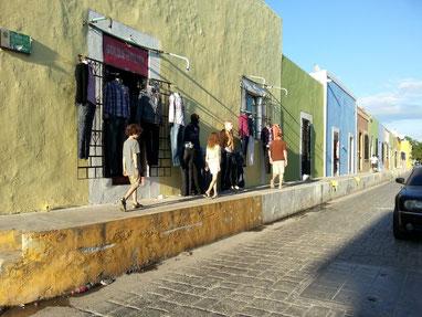 Rue de Campeche maisons très colorées, trottoirs très haut