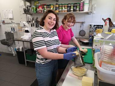 Freiwilligen bei der Vorbereitung des Abendessens