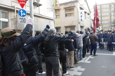 警視庁浅草警察の阻止線に肉迫する労働者の部隊