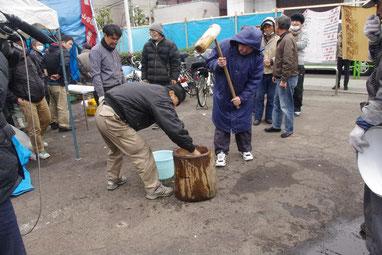 「団結もちつき」では多くの労働者が杵を振るった