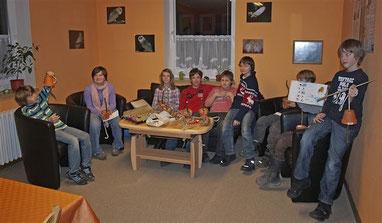 Die NAJU präsentiert stolz ihre Winterfüttungsmaterialien. - Foto: Kathy Büscher