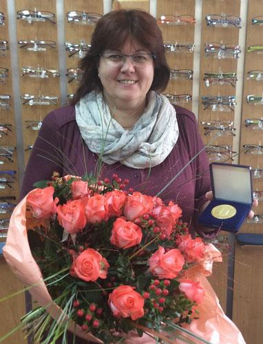 Spremberger Augenoptikermeisterin Heike Woucznack mit ihrer Ehrenmedaille des Blinden-und-Sehbehinderten-Verband Brandenburg e.V