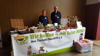 Annette und Thomas am Stand der Tiertafel RheinErft e.V.