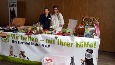 Marion und Hilde am Stand der Tiertafel RheinErft e.V.