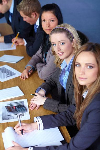 Conferencias, cursos y talleres sobre capacidades y competencias técnicas, administrativas, gerenciales, de desarrollo humano y organizacional, así como específicos, de motivación y de entrenamiento
