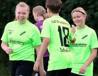 Strahlende Siegerinnen: Viktoria Pfaff, Jolina Schuchhardt und die vierfache Torschützerin Janine Dülger gewannen mit Großenenglis 5:1.