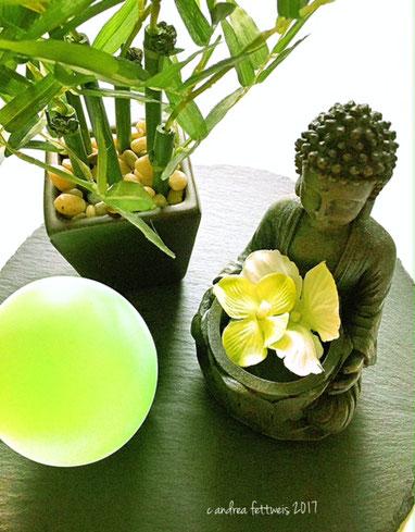 Deko mit Buddha, Blüten, Bambus und Stimmungslicht