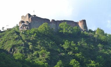 """Der Blick aus unserem Zimmer auf die """"Dracula-Burg"""" Poenari."""