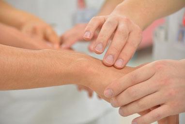 Deux mains touchent une autre main, et suggèrent de se laisser faire en confiance