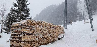 Holzbeige im Schnee