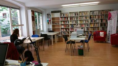 Der Lesesaal des Frauenkulturarchivs Graubünden