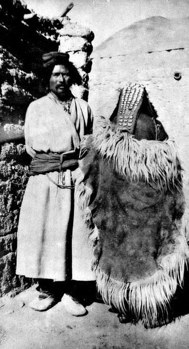LA-DAG. Le Go-ba (chef) de Tang-sé et sa fille vue de dos.