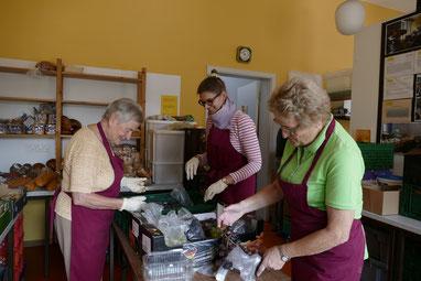 Viele fleissige ehrenamtliche Helfer kümmern sich bei der Soltauer Tafel um die Waren.