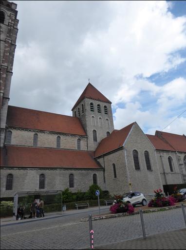 Sint-Brixiuskerk - de roze energielijn over de Rue de Pont