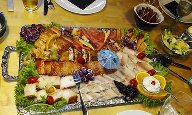 Geräucherter Lachs garniert auf Platte