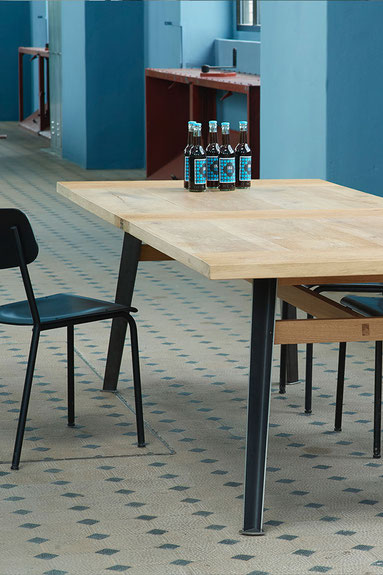 KRAFTWERKTISCH als Sitzungstisch aus Simmentaler Bodenbrettern, limitiert und mit Original-Nummerierung.