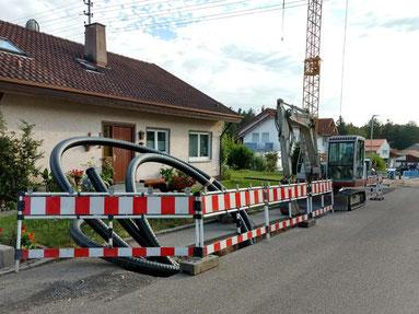 Verlegung der Nahwärme-Rohrleitungen (Fotos: Fa. Holzwarth)