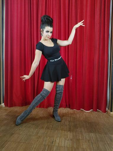 Trixie Trouble ist auch Tänzerin von THE WONDERETTES, der 1960s Retro Entertainment Truppe von Dixie Dynamite, 1960s GoGo Dancers