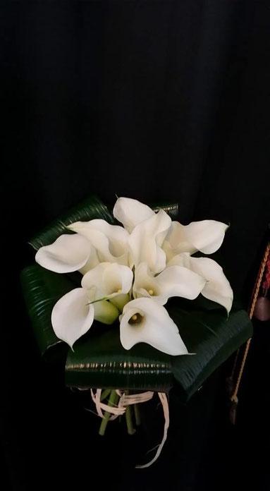 #ramo de novia hecho con cala mini blancas.