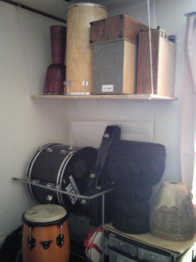 バスドラム、コンガ、ジャンベ、カホン、バイオリン、タンタン、パンディロ。                                   ここには映ってないけれどスルド(サンバ用大太鼓)もあります。