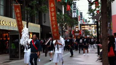 買い物途中お囃子に誘われて行ってみると、仙台三社祭の神輿行列でした!!写真が今一なのが残念〜。1つの神輿を30人位で担いでましたかね〜。祭り、いいですね!!