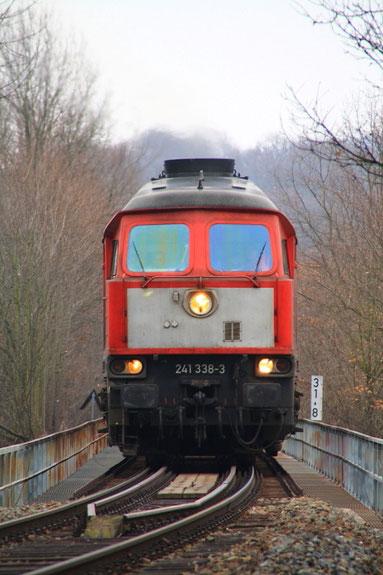 241 338 mit 60961 auf der Muldenbrücke bei Nossen