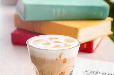 ミニチュアの竹箒、バケツ、ちりとり。アイビーの葉。