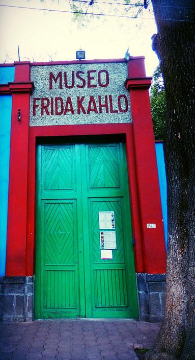 """Eine starke Frau, kompromisslose Künstlerin, Stilikone und große Schmuckliebhaberin, Bürgerin von Mexiko City, Frida Kahlo: die kultigen Frida-Shirts finden Sie unter """"Bekleidung""""."""
