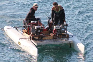 Un ponton motorisé support surface pour les motopompes actionnant les aspirateurs à sédiments.
