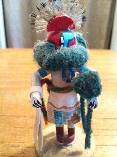 NIMAには9体のカチナ(インディアンのホピ族が作った精霊の人形)があります。 今日紹介するカチナドールは、アーリー・モーニング・シンガー・カチーナと呼ばれている精霊です。