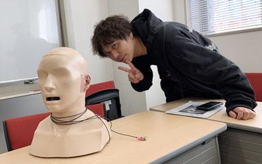 今回の測定に使用した高精度音響測定機器 ダミーヘッド:HATSと ピチップのプロデューサー、ピエール中野氏 (株式会社サザン音響にて撮影)